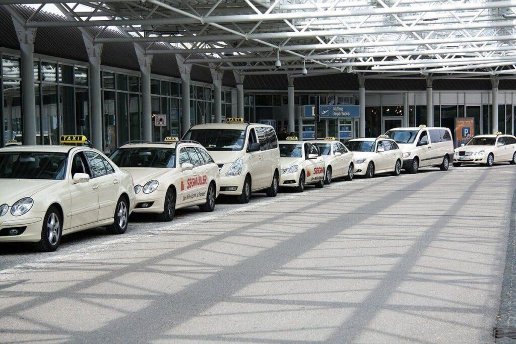 Taxi vom Flughafen in die City